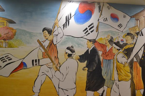 3층 전시실 마지막 코너에는 일본군을 대항해 태극기를 들고 독립 운동가들의 벽화가 벽면하나를 가득 채워져 있었다. 이곳을 찾은 관광객들이 기념사진을 찍는 대표적인 곳이기도 하다.