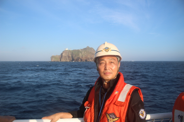 해양경찰 전우회 권영진 수석부회장. 독도를 배경삼아.