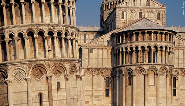 기울어진 종탑과 대성당의 표면. 재료와 디자인 요소들이 동일하여 일체감을 준다.