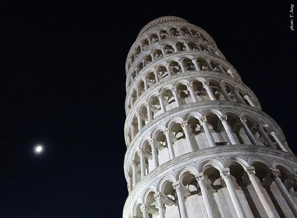 기울어진 종탑. 갈릴레오 갈릴레이가 이곳에서 물체낙하 실험을 했다는 얘기가 전해진다.