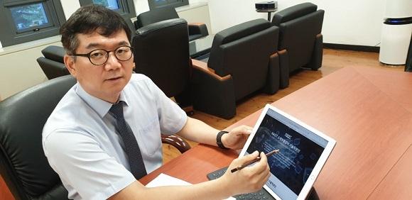 최성율 단장이 중소·중견기업들의 애로기술 개발 지원과 자문을 위해 개설한  KAIST 소재부품장비 기술자문단 홈페이지를 소개하고 있다.