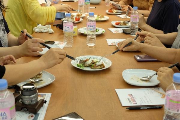 2시간 동안 맛있는 냄새만 맡느라 참기 힘들었을 참가자들의 시식 시간.