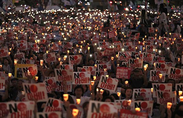 지난 15일 광복절에 서울 광화문광장에서 열린 '아베 규탄 범국민촛불대회'에서 참가자들이 촛불을 밝히며 '노(NO) 아베' 구호를 외치고 있다. (사진=저작권자(c) 연합뉴스/AP, 무단 전재-재배포 금지)