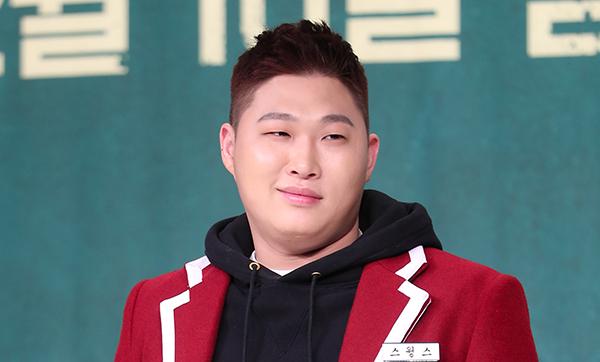 래퍼 스윙스가 2017년 10일 오전 서울 영등포구 타임스퀘어에서 열린 Mnet 고등래퍼 제작발표회에서 포즈를 취하고 있다. (사진=저작권자(c) 연합뉴스, 무단 전재-재배포 금지)