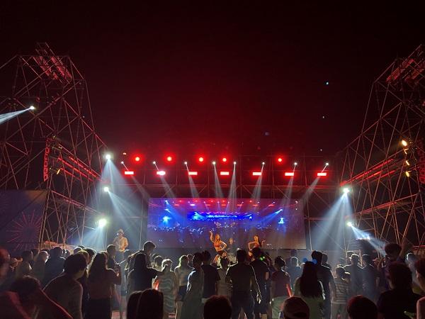 전문 댄서들이 애프터 파티 무대를 꾸미고 있다.