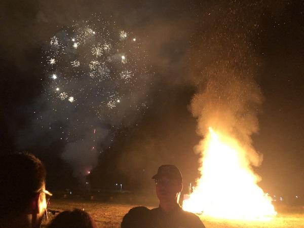 보헤미안 상징물이 타는 불과 불꽃놀이의 반짝거림이 아름답게 어우러졌다.