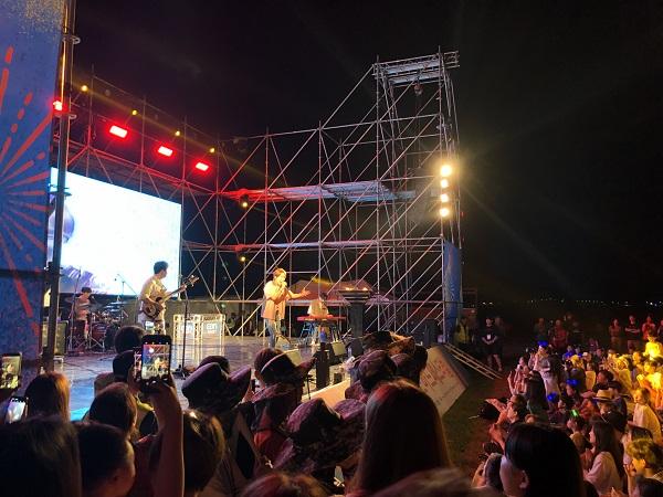 초대가수 딕펑스의 무대 공연.