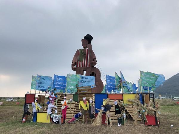 행사장 입구에 전시되어 있는 축제의 상징물. 참가자들의 개성있는 장식들이 재미를 더한다.