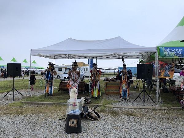 행사장에서 수시로 펼쳐지는 아메리카원주민들의 전통음악 공연. 캠핑장에 이국적인 분위기를 한껏 더한다.