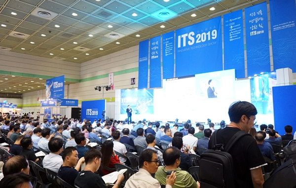 콘퍼런스에 모인 많은 진지한 모습들.  현장의 열기가 혁신적인 성장으로 이어지길 바랍니다.