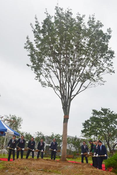 4일 대구 달성군 구지면에 위치한 국가물산업클러스터 개소식에 참석한 조명래 환경부 장관, 권영진 대구시장을 비롯한 관계자들이 기념 식수를 하고 있다.