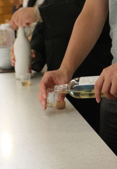 시음마당에서 여러 종류의 전통주를 시음해보는 모습.
