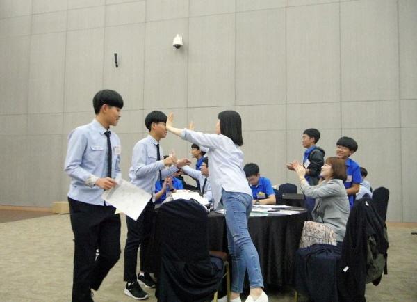 토론이 끝난 후 선생님과 친구들이 환하게 맞이해 준다.