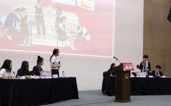 준결승에서 찬성과 반대 토론자로 만난 영남삼육중과 서울삼육중의 토론 모습이다.