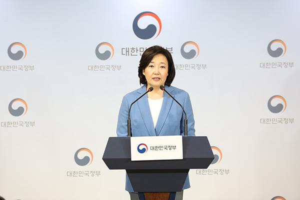박영선 장관이 정부서울청사 브리핑실에서 소상공인 자생력 강화 대책 관련 브리핑을 하고있다.