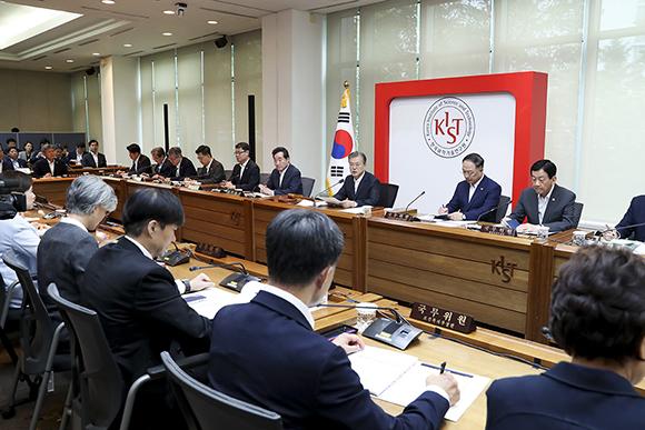 문재인 대통령이 10일 오전 서울 성북구 한국과학기술연구원(KIST)에서 열린 현장 국무회의를 주재하고 있다. (사진=청와대)