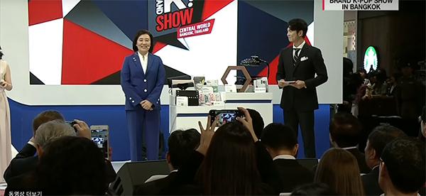 '브랜드 K' 런칭쇼에서 선정제품을 홈쇼핑 시연하는 중소벤처기업부 박영선 장관.