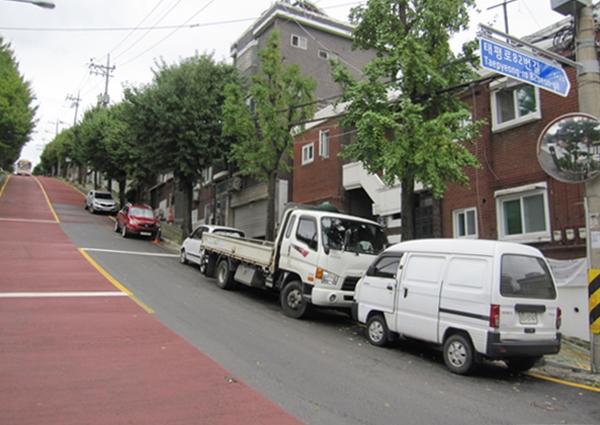 주택가에 주차 공간이 부족해 이면도로까지 차를 세우는 경우가 많다.