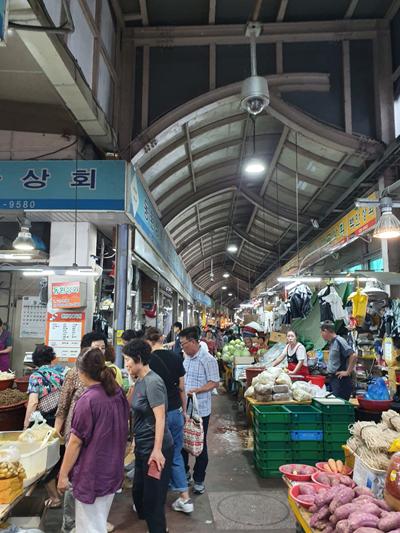 소상공인시장진흥공단에 따르면 제수용품 비용은 전통시장이 평균 22만6천832원으로 대형마트의 30만3천34원보다 25.1% 저렴하다.