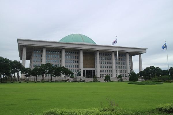 ▲국회의사당 좌측 대로변에 도심형 수소충전소가 생겼다.