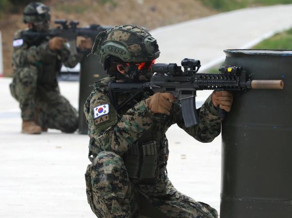 워리어플랫폼을 착용한 한빛부대 11진 장병들이 사격훈련을 선보이고 있다. 워리어플랫폼이란 전투·방탄복, 방탄헬멧, 소총, 조준경 등 33종의 전투 피복과 전투 장비로 구성된 육군의 미래 전투체계다.(사진=뉴스1)