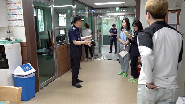 소망의 집(중간처우의 집) 내부에서 시설을 소개하는 안양교도소 신용해 소장