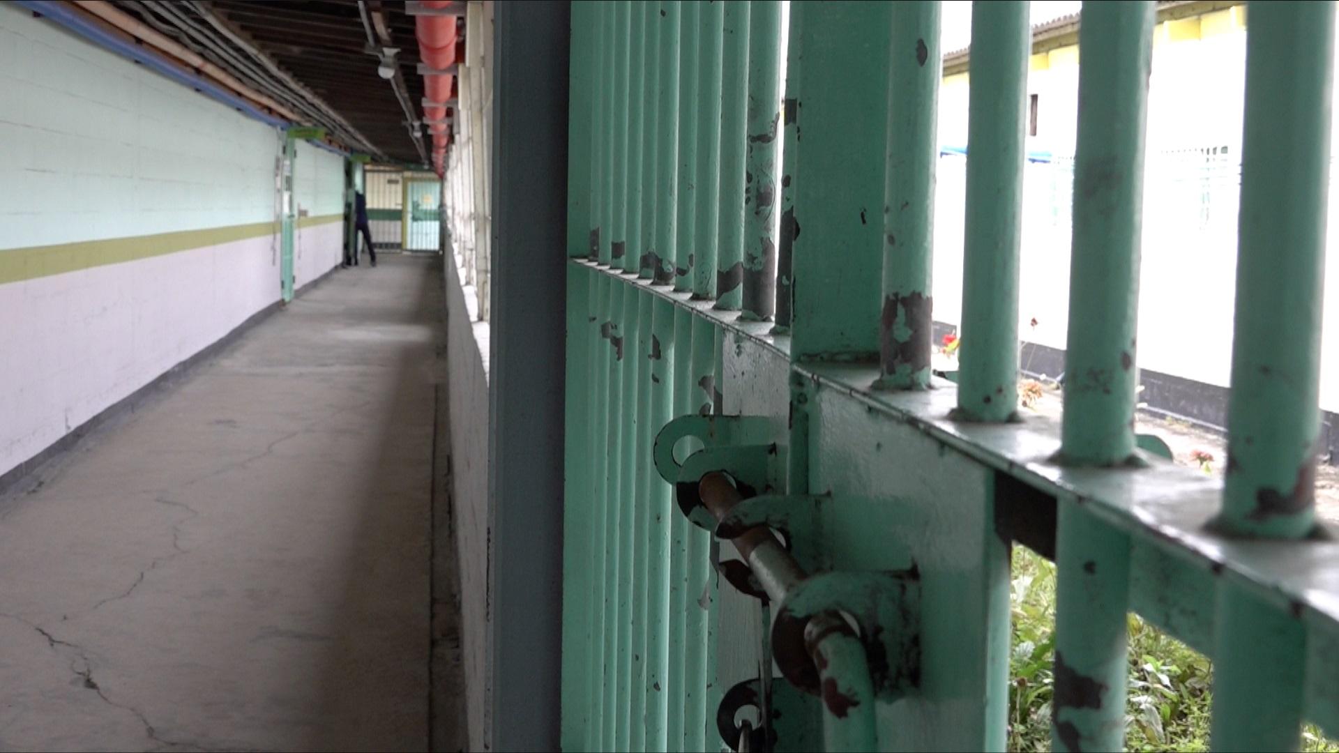 건물안전등급 D등급에서 임시방편식으로 보수한 후 C등급의 안양교도소.