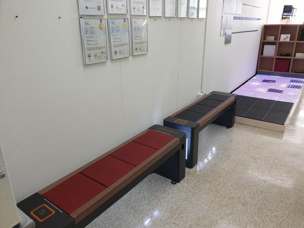 한축테크 사무실에 설치된 태양광 발전 블록 기반 제품들, 좌로부터 온열 스마트벤치, 태양광 스마트벤치, 태양광 발전 블록, LED 블록 순이다.