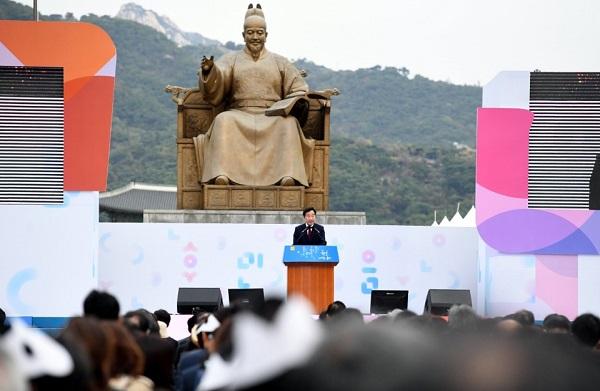 이낙연 국무총리가 9일 세종로 광화문 광장 세종대왕 동상 앞에서 열린 제572돌 한글날 경축식에서 기념사를 하고 있다.