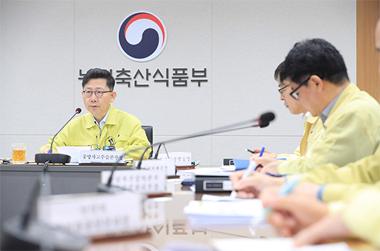 """농식품부 장관 """"돼지열병, 방역이 최우선…철저히 소독해야"""""""