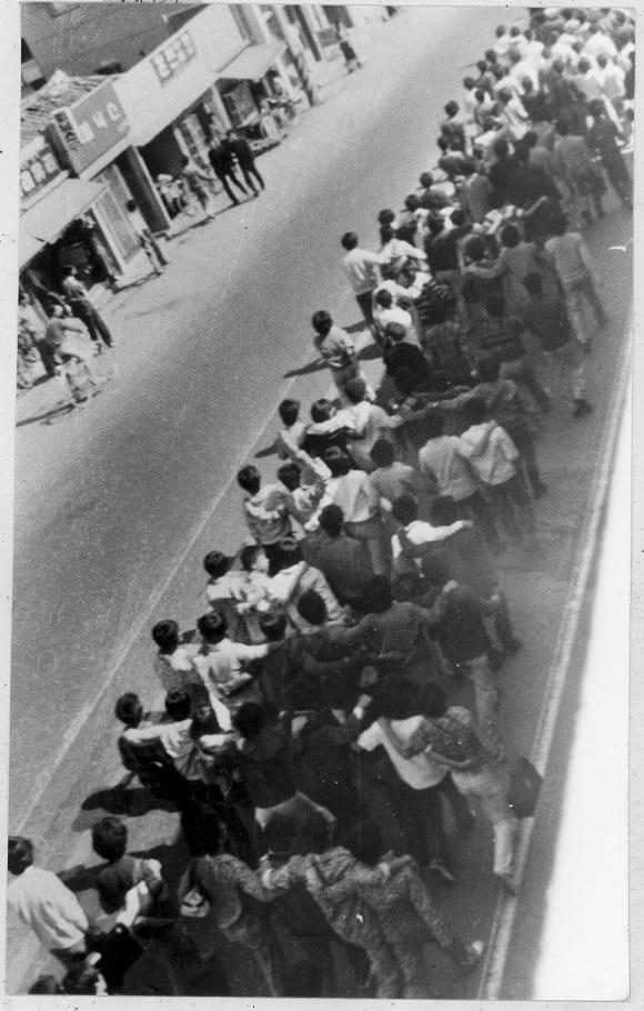 부마민주항쟁은 1979년 10월 16일 부산대학교 학생들의 교내 시위를 계기로 일어났다. 부산대학교 학생들은 경찰의 저지를 뚫고 캠퍼스를 빠져나와 시내로 진출했으며 시민들이 이에 합세해 대규모 항쟁으로 발전했다. 이 사진은 부마민주항쟁 당시 부산대 캠퍼스를 빠져나와 금정구 온천장을 통과해 시내로 진출하는 학생들을 촬영한 것이다. (사진촬영 : 김탁돈 국제신문 전 사진기자. 사진제공 : (사)부산민주항쟁기념사업회)