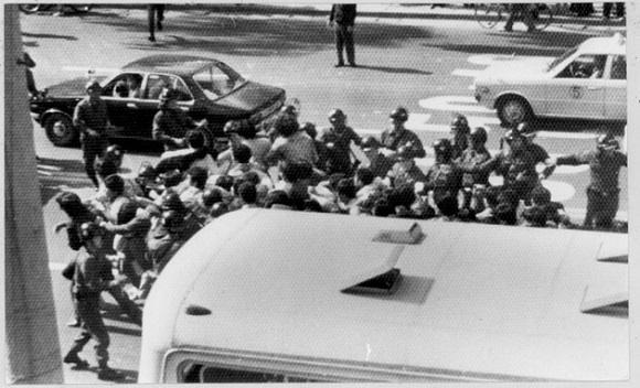 경찰은 부산대학생들이 중심이 된 시위대의 시내 진출을 저지하기 위해 총력을 기울였다. 사진은 부산교대 인근에서 시위대를 저지하는 경찰의 모습을 찍은 것이다. (사진촬영 : 김탁돈 전 국제신문 사진기자 . 사진제공 : (사)부산민주항쟁기념사업회)