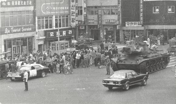 계엄령 직후인 10월 18일경 부산 시청 인근에 배치된 계엄군의 전차를 찍은 사진이다. 전차 외에도 공수부대와 해병대가 부산 곳곳에 배치돼 항쟁을 진압하기 시작했다. (사진촬영 : 정광삼 부산일보 사진기자. 사진제공 : (사)부산민주항쟁기념사업회)