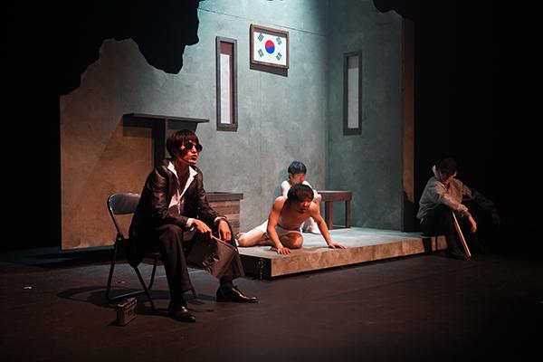 최초로 부마민주항쟁을 소재로 한 연극 <거룩한 양복> 공연장면. (사진=부마민주항쟁기념재단 제공)