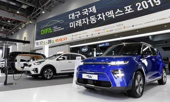 '제3회 대구 국제 미래자동차 엑스포' 기아자동차 부스에 '쏘울 부스터 EV'와 '니로 EV'가 전시되어 있다. (사진=기아자동차 제공)