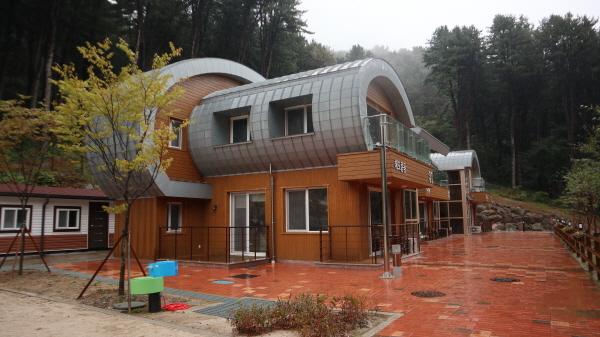 환경성질환예방관리센터에는 숙박시설도 운영하며 숲에서 쉼과 힐링을 하도록 도움을 준다.