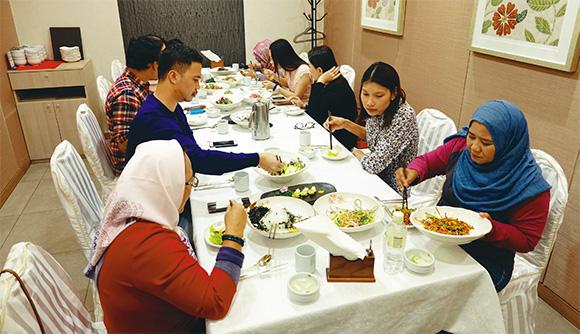 한국을 방문한 말레이시아 무슬림 언론인들이 서울의 한 식당에서 할랄 한식을 먹고 있다.(사진=한국관광공사)