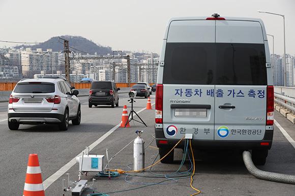 자동차 배출가스 단속. (사진=저작권자(c) 연합뉴스, 무단 전재-재배포 금지)