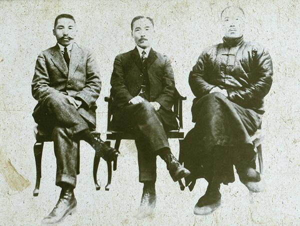경무국장 시절 김구 선생(오른쪽)과 도산 안창호, 이탁 선생. (사진=경찰청 제공)
