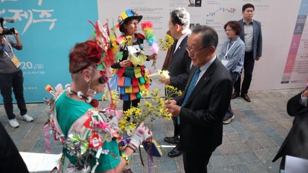 실험공연 예술가 엘리슨리와 수리가 꽃을 건네고 있다.