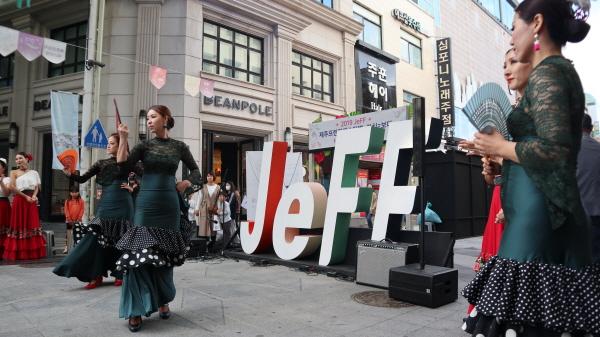 스페인 플라맹고 춤을 추며 문화의 달을 축하하는 무희들의 무대