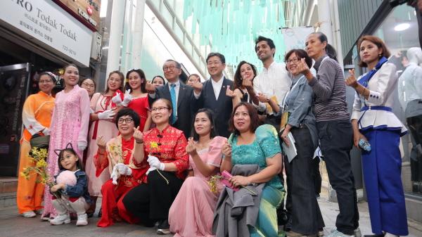 문화의 달 행사에 참여한 아세안인들이 박양우장관과 하트 포즈를 취하고 있다.