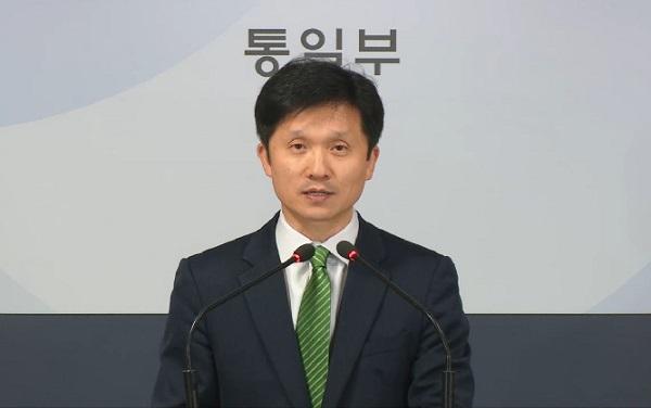 이상민 통일부 대변인이 28일 오전 서울 종로구 정부서울청사에서 금강산 관광 문제 협의를 위해 북한에 실무회담 개최를 제안했다는 내용을 브리핑하고 있다.