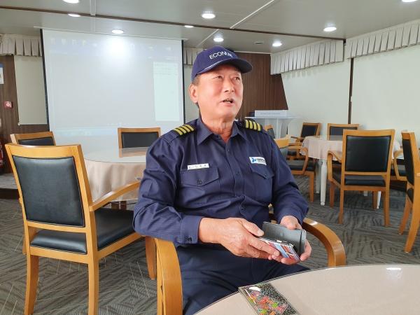 환경을 강조하는 에코누리호의 전홍종 선장