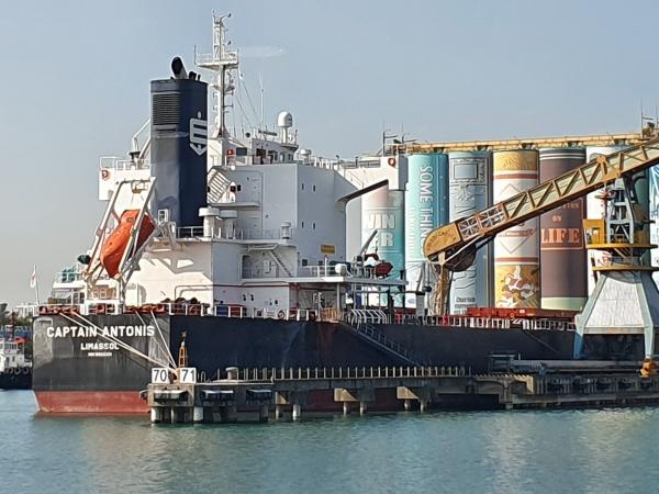 대형 선박 뒤에 대형 벽화가 그려진 곡물창고가 보인다.