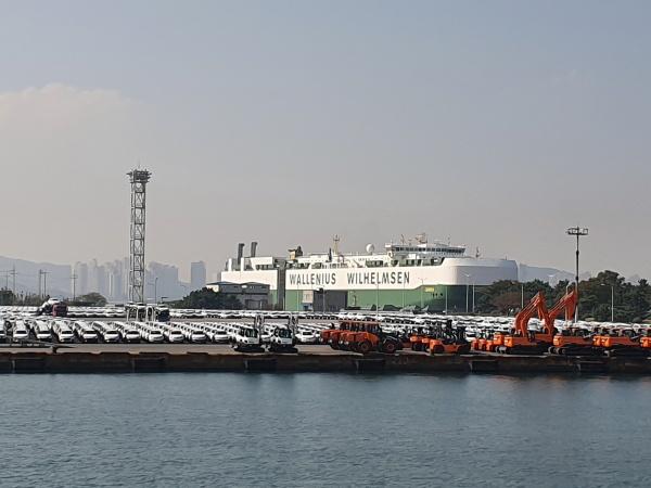GM대우자동차에서 생산한 승용차와 두산인프라코아의 중장비가 수출을 위해 대기하고 있다.