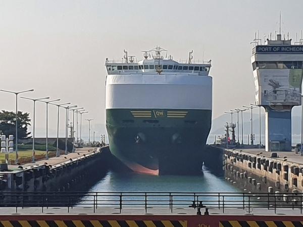 에코누리호에서 바라 본 갑문에 정박해 있는 대형 선박