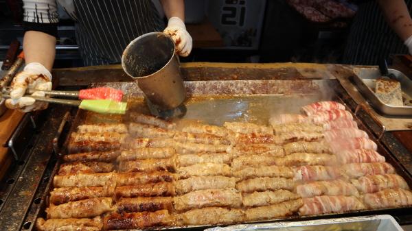 새롭게 명물 먹거리로 떠 오른 김치말이 삼겹살이 구미를 당긴다.