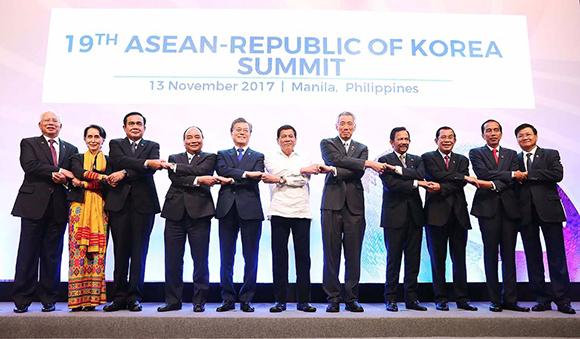 문재인 대통령이 지난 2017년 11월 13일 오후(현지시간) 필리핀 마닐라 필리핀국제컨벤션센터(PICC) 서밋홀에서 열린 제19차 한·ASEAN 정상회담에서 각국 정상들과 기념촬영을 하고 있다. (사진=청와대)