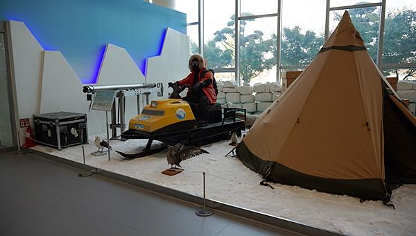 빙하시추기, 스노우모빌과 눈이 쌓이지 않게 디자인 된 텐트